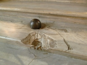 Embedded in the steps of the Great Hall of Galleria Colonna, this cannon ball dates back to the Risorgimento.