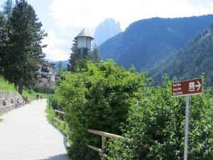 A walking path runs between the 3 villages of the Val Gardena.