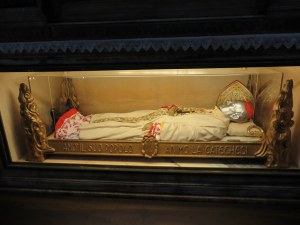 Yes, that's the body of a Cardinal, with a silver death mask. Nothing like this in St. Paul, either.