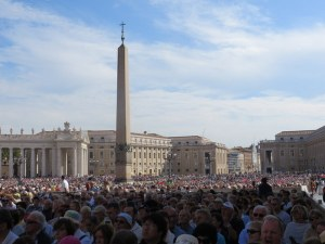 The audience reaches back to the far end of the piazza. We are in the front 20% or so, thanks to the Bishop of Las Vegas.