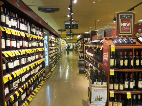 The wine aisle in a Safeway store.  Una scelta imbarazzante!  (A     selection so grand it's embarrassing!)