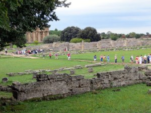 A tour group passes through the archeological site.