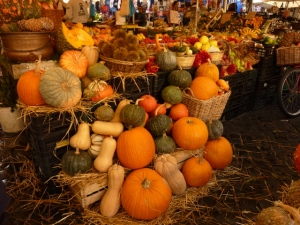 Ths bounty in the market in autumn.